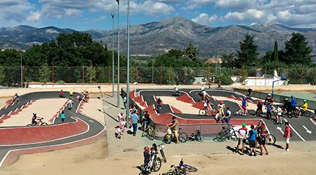 Pumptrack de Moralzarzal lleno de usuarios con sus bicicletas