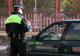 Policía municipal de Moralzarzal junto a un vehículo
