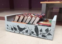 Caja decorada llena de libros
