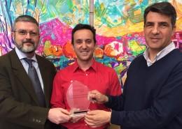 El alcalde de Moralzarzal entrega a los representantes de Iberpistas una placa de reconocimiento por su apoyo