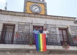 Bandera arco iris en el balcón del Ayuntamiento de Moralzarzal