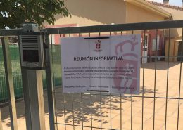 Entrada de laCasita de Niños de Moralzarzal con el cartel informativo de la reunión