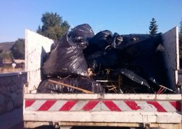 Camión con bolsas de basura sacada de la Dehesa