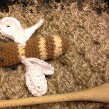 Una abeja tejida en lana