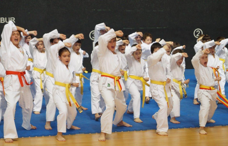 Un grupo de niños practicando katas