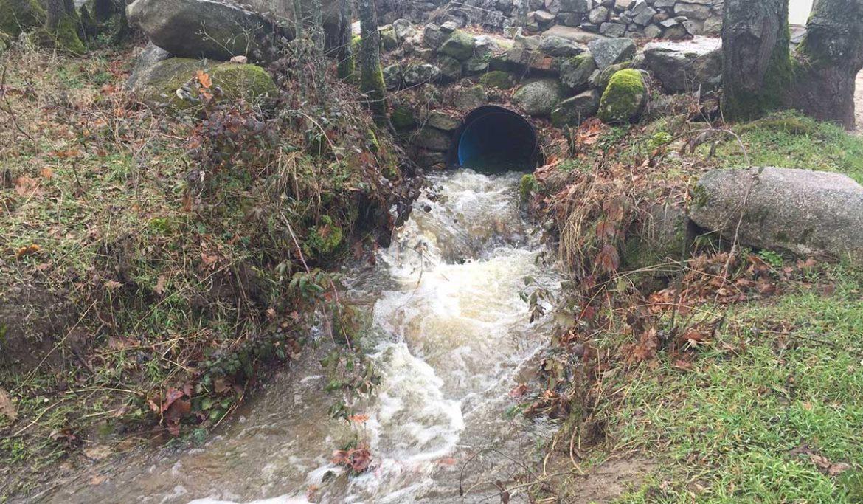 Torrente de agua en Moralzalzal
