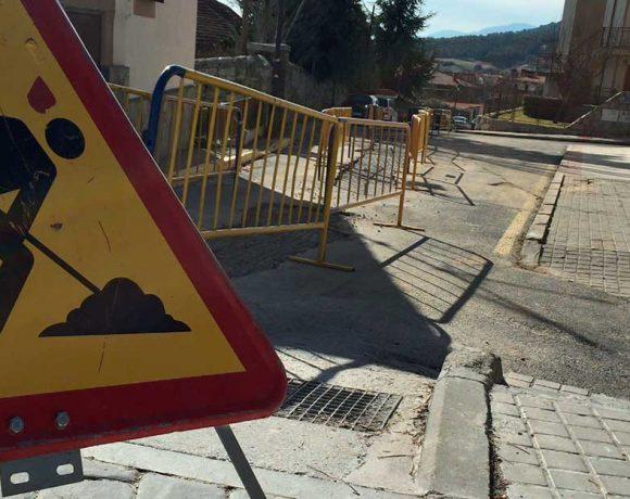 Cartel de obras en l calle Galeno de Moralzarzal