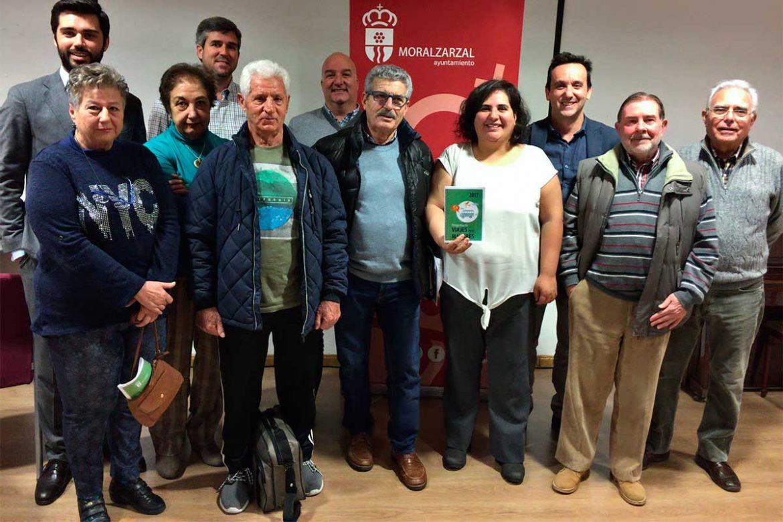 Los colaboradore en la organización del programa de viajes, junto al alcalde y la concejal