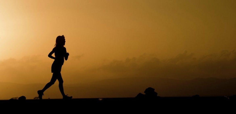 silueta de una corredora