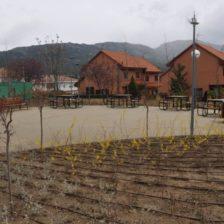 IEl nuevo parque de Moralzarzal con árboles, arbustos y bancos