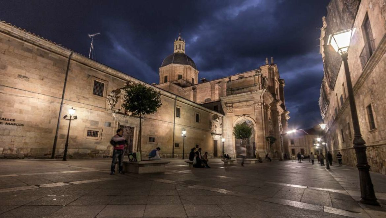Una calle peatonal de Salamanca al anochecer