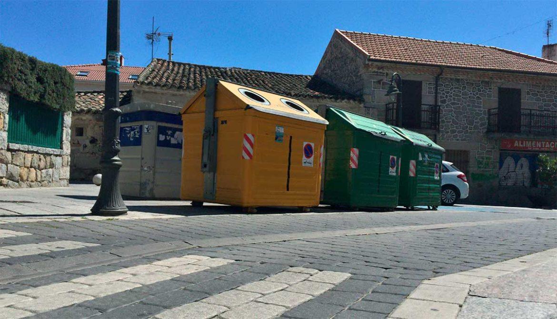 Contenedores de basura en una calle de Moralzarzal
