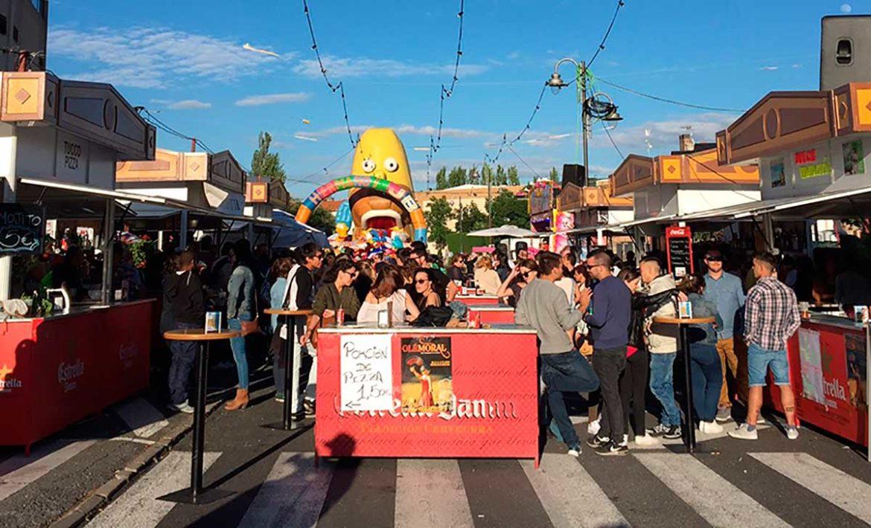 Un grupo de gente disfruta delante de las casetas de OléMoral