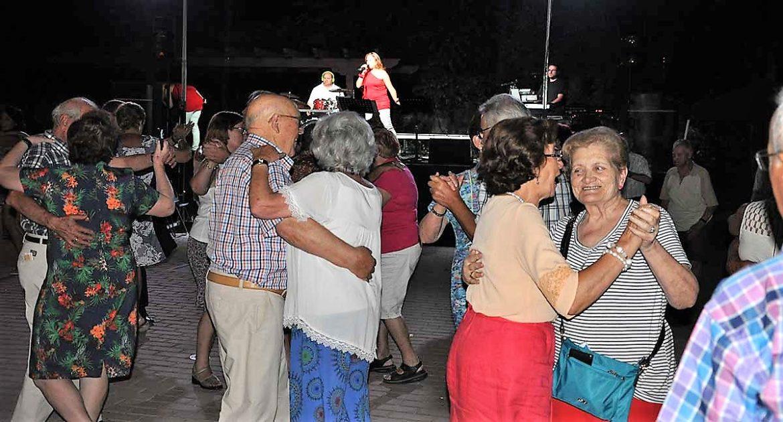 Adultos mayores en un baile con orquesta en Moralzarzal