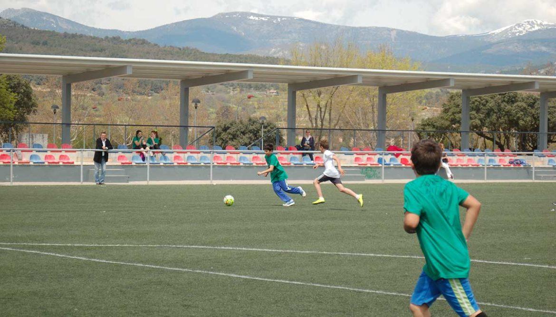 Unos jóvenes juegan al futbol