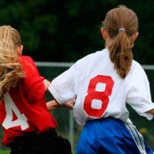 Dos niñas, de espaldas, jugando al fútbol