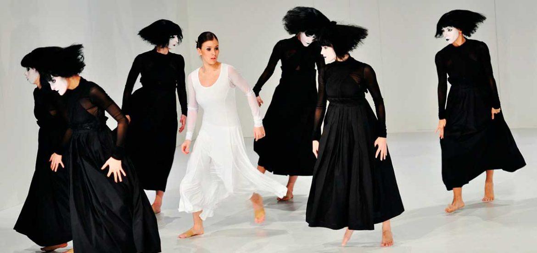 Figuras femeninoas vestidas de negro y una de blanco