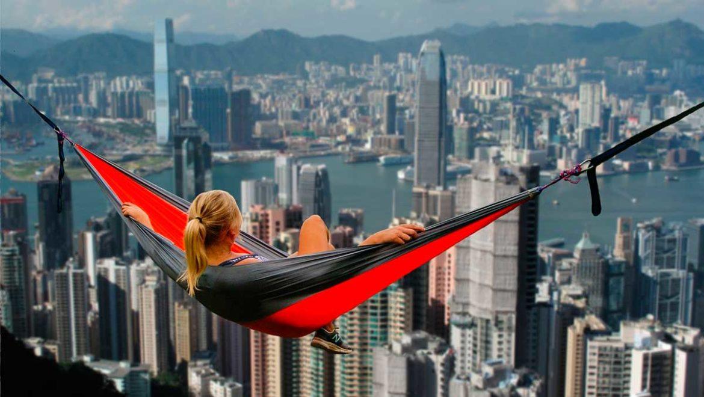 Una mujer se balancea sobre unos rascacielos