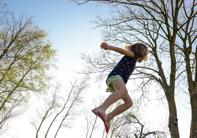 Joven saltando en un trampolin