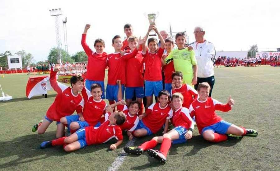 El equipo d alevines de Moralzarzal muestra el trofeo obtenido