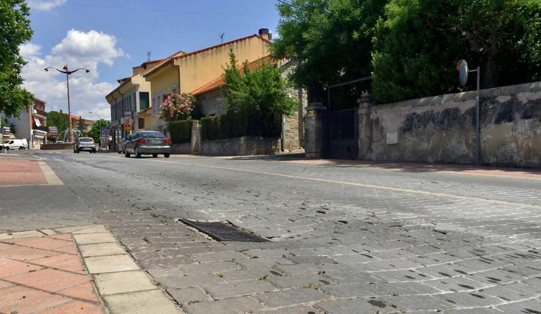 El pavimento deteriorado de la Avenida de la Salud de Moralzarzal