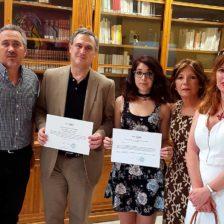 Laura Ballesteros, rodeada de sus acompañantes, muestra el diploma conseguido
