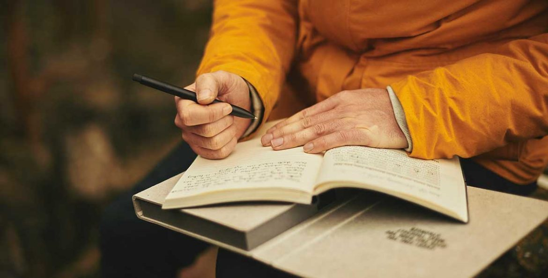 Una persona con un lápiz y un libro abierto