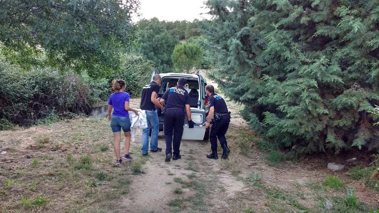 Policías introduciendo a un animal herido en un vehículo