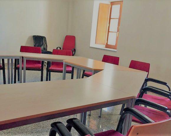 Detalle de la sala de estudio de Moralzarzal con sillas y mesas