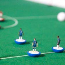 Un campo de subbuteo con jugadores y pelota