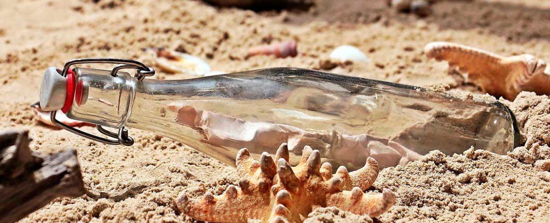 Botella en una playa con un mensaje dentro