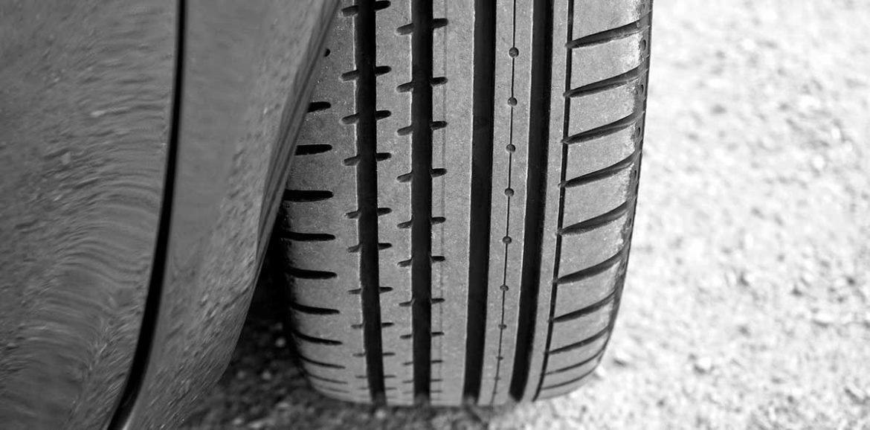Detalle de un neumático en un coche