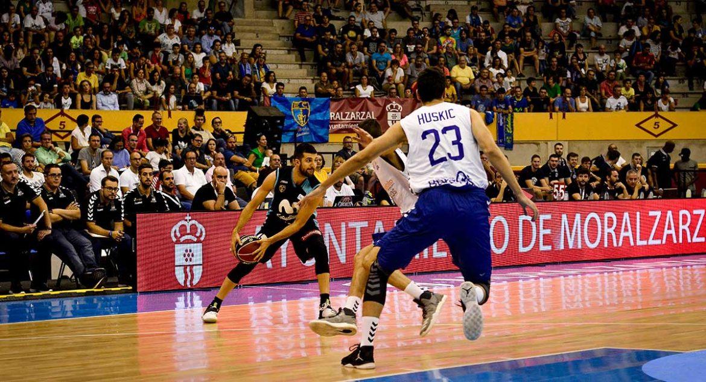 Jugadores del Estudiantes y el Burgos disputando un balón ACB en Moralzarzal