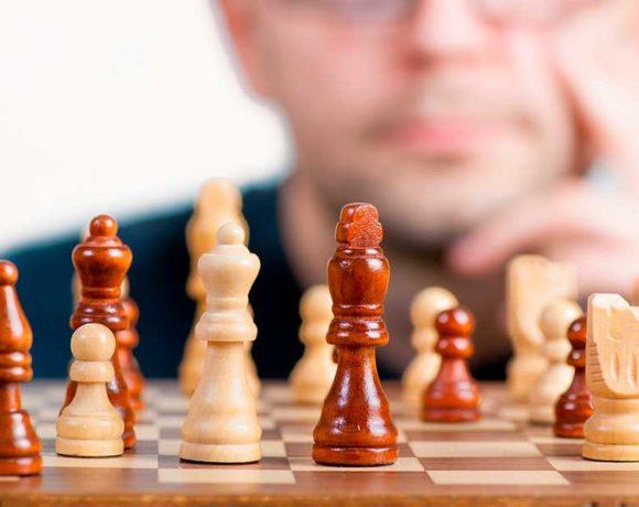 Piezas de ajedrez con un jugador al fondo