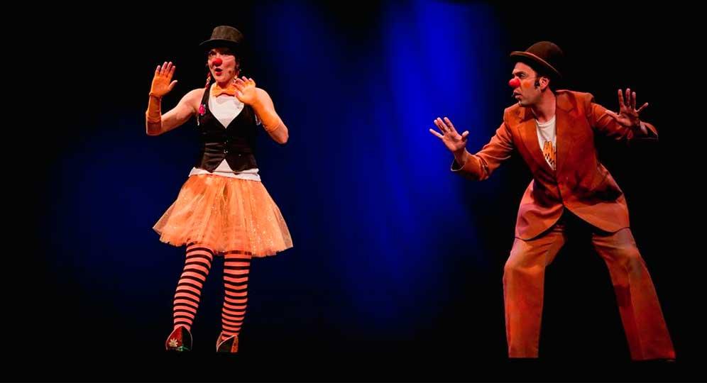 Dos payasos en una actuación