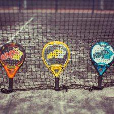Raquetas de padel apoyadas sobre la red