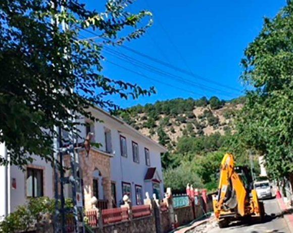 Obras de soterramiento de la línea de media tensión de la calle Matarrubia en Moralzarzal