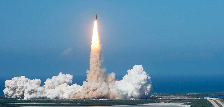 Un cohete lanzado hacia el espacio