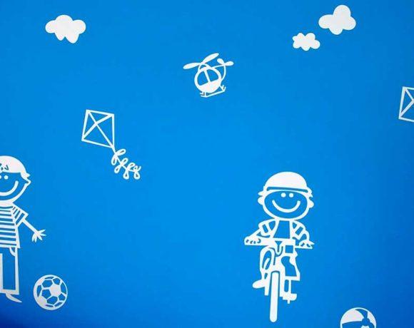 Dibujos infantiles blancos sobre fondo azul