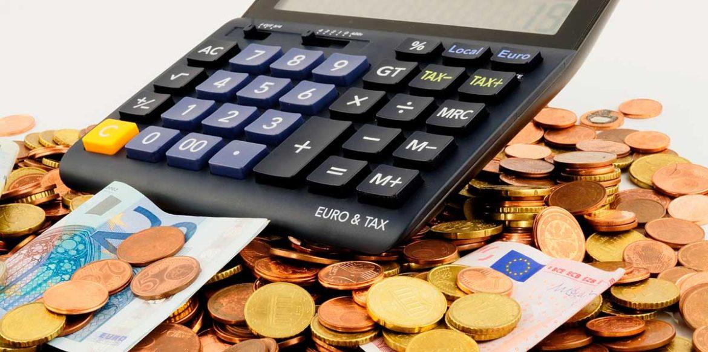 Una calculadora sobre monedas y billetes de euro