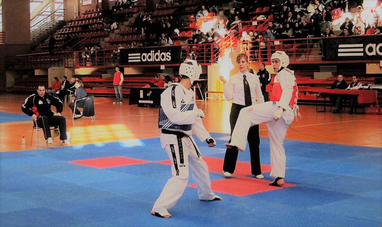 Dos taekwondistas en un combate