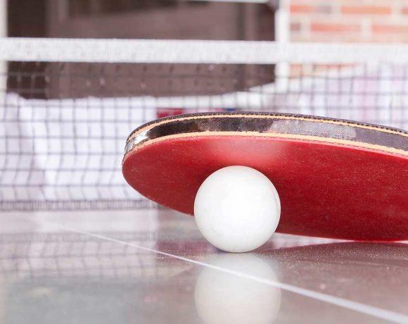 Una raqueta de tenis de mesa, y una pelota