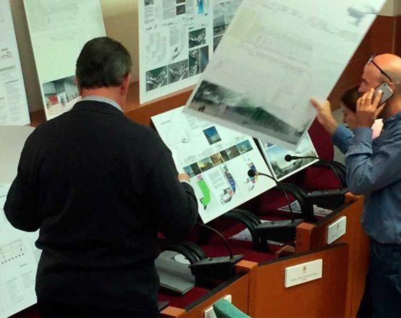 El jurado analizando los proyectos