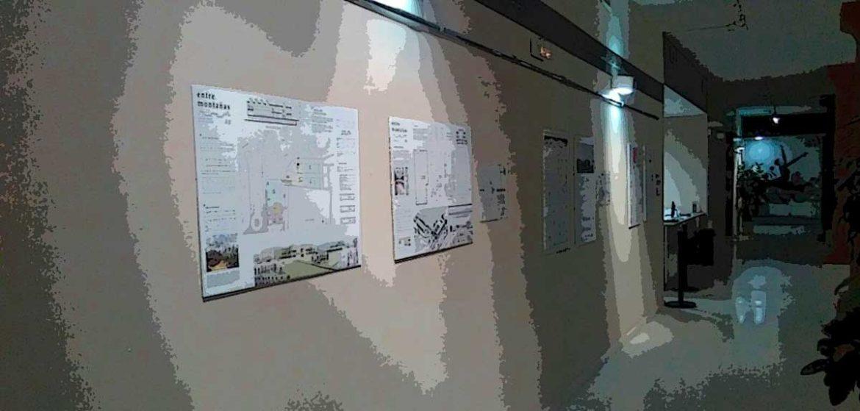 un pasillo con una exposición de proyectos