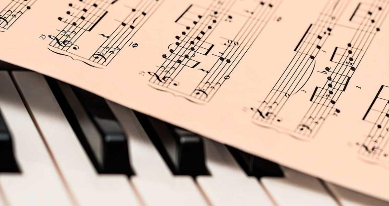 Teclado de piano con partitura encima