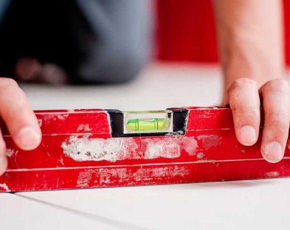 Un trabajador utiliza un calibrador