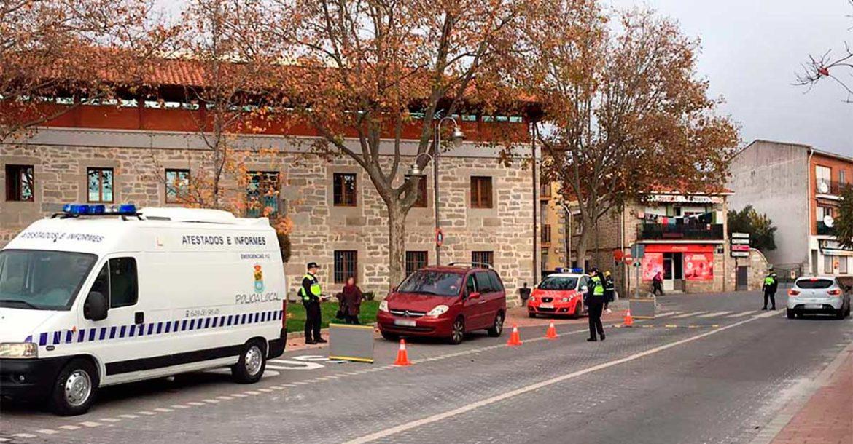 Policías locales de Moralzarzal realizando un control de alcoholemia