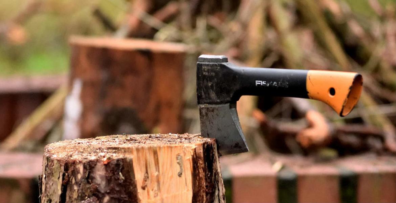 Un hacha clavada en un tronco