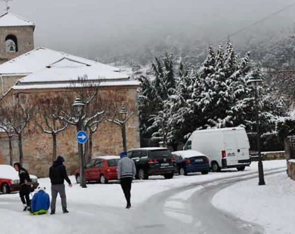 Una plaza de Moralzarzal completamente blanca por la nieve