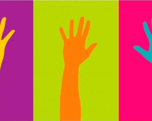 Ilustración de tres brazos en alto